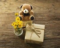 Met de hand gemaakte giften en weinig beer 2 Royalty-vrije Stock Afbeelding