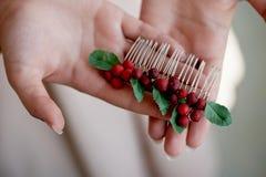 Met de hand gemaakte haartoebehoren sluit Gevestigd op de open palm Gevoelige pastelkleuren stock foto