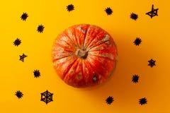 Met de hand gemaakte Halloween-confettien in de vorm van spinnen en spinnewebben en decoratieve pompoen royalty-vrije stock afbeeldingen
