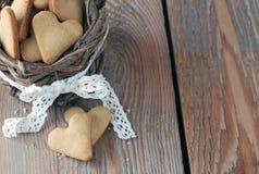 Met de hand gemaakte hartkoekjes voor de dag van Valentine in een mand op een hout Royalty-vrije Stock Fotografie