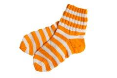 Met de hand gemaakte heldere gestripte sokken die op een wit worden geïsoleerdd Royalty-vrije Stock Fotografie
