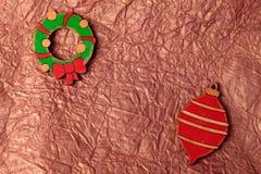 Met de hand gemaakte het schilderen houten Kerstmisdecoratie op verfrommeld goud tis Royalty-vrije Stock Foto's