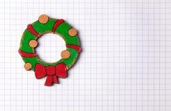 Met de hand gemaakte het schilderen houten Kerstmisdecoratie op witte geregelde pap Stock Foto's