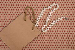 met de hand gemaakte het winkelen zak van ambachtdocument, giftzakken en parel jewelr stock foto's