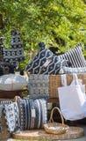 Met de hand gemaakte hoofdkussens, dekens en zakken op garage sale Royalty-vrije Stock Fotografie