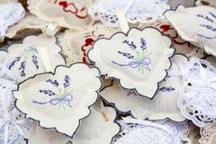 Met de hand gemaakte hoofdkussens met lavendeldecoratie Royalty-vrije Stock Afbeeldingen