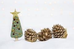Met de hand gemaakte houten Kerstboom en droge denneappel stock foto's