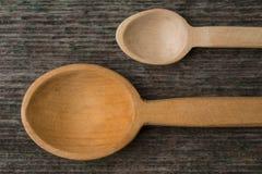 Met de hand gemaakte houten lepels op een houten raad, keukengereedschap Royalty-vrije Stock Foto's