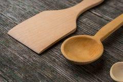 Met de hand gemaakte houten lepels op een houten raad, keukengereedschap Royalty-vrije Stock Afbeelding
