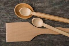 Met de hand gemaakte houten lepels op een houten raad, keukengereedschap Royalty-vrije Stock Foto