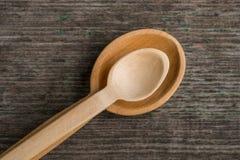 Met de hand gemaakte houten lepels op een houten raad, keukengereedschap Stock Foto's