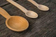 Met de hand gemaakte houten lepels op een houten raad, keukengereedschap Royalty-vrije Stock Fotografie