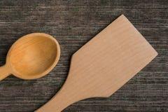 Met de hand gemaakte houten lepels op een houten raad, keukengereedschap Stock Foto