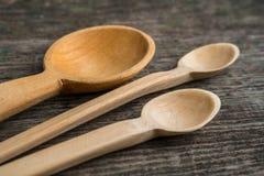 Met de hand gemaakte houten lepels op een houten raad, keukengereedschap Royalty-vrije Stock Afbeeldingen