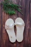 Met de hand gemaakte houten pantoffels met rode lijsterbes of lijsterbessenbessen op rustieke houten achtergrond Stock Afbeelding