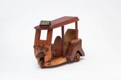 Met de hand gemaakte houten tuk tuk Stock Fotografie
