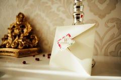 Met de hand gemaakte huwelijksuitnodigingen Stock Fotografie