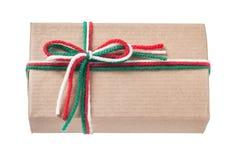 Met de hand gemaakte ingepakte huidige doos die op wit vooraanzicht wordt geïsoleerd Stock Afbeelding