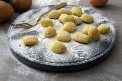 Met de hand gemaakte Italiaanse gnocchi stock foto's