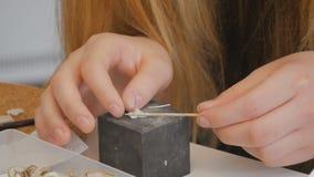 Met de hand gemaakte juwelen die door student worden bewerkt stock video