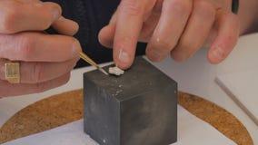 Met de hand gemaakte juwelen die door student worden bewerkt stock footage