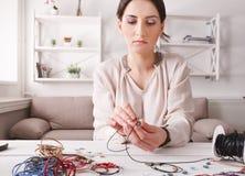 Met de hand gemaakte juwelen die, vrouwelijke hobby maken royalty-vrije stock foto