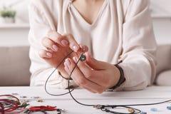 Met de hand gemaakte juwelen die, vrouwelijke hobby maken stock afbeeldingen