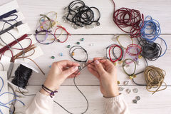 Met de hand gemaakte juwelen die, vrouwelijke hobby maken stock foto's