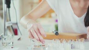 Met de hand gemaakte juwelen Hoofdklasse voor het creëren van juwelen stock footage