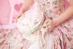 Met de hand gemaakte juwelendoos in de handen van de vrouw. Royalty-vrije Stock Afbeeldingen