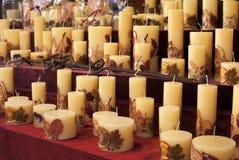 Met de hand gemaakte kaarsen met bloemen, vruchten en bladtussenvoegsels voor verkoop op een Kerstmismarkt in Boedapest, Hongarij royalty-vrije stock fotografie
