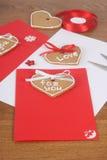 Met de hand gemaakte kaarten met cakes voor de Dag van Valentijnskaarten Stock Foto