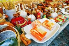 Met de hand gemaakte keramiek en honingszeep bij de Kerstmismarkt van Riga Stock Foto