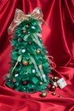 Met de hand gemaakte Kerstboom op Rood Gordijn royalty-vrije stock fotografie