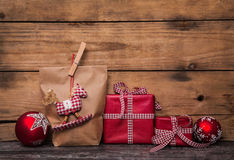 Met de hand gemaakte Kerstmis stelt verpakt in document met rode witte chec voor Royalty-vrije Stock Fotografie