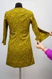 Met de hand gemaakte kleding op het model stock afbeelding