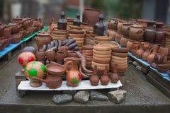 Met de hand gemaakte kleipotten, kruiken, het drinken hoorn Ceramische Platen Stock Afbeelding