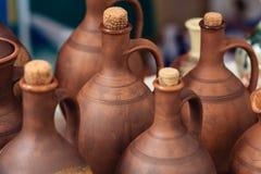 Met de hand gemaakte kleiproducten Kruiken voor wijn en olie Stock Afbeeldingen