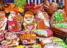 Met de hand gemaakte kleurrijke die peperkoeken bij de Kerstmismarkt worden getoond in Riga Royalty-vrije Stock Fotografie