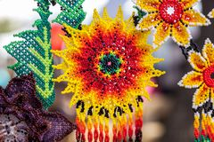 Met de hand gemaakte kleurrijke parelshalsbanden/met de hand gemaakte juwelen royalty-vrije stock afbeelding