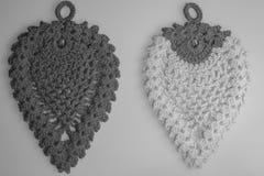 Met de hand gemaakte kniting wol zwart-witte achtergrond Stock Foto