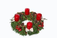 Met de hand gemaakte komstkroon met rode kaarsen, kegels, rozebottel en hea Stock Afbeelding