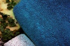 Met de hand gemaakte kruidenzeep, puimsteen en handdoek stock fotografie