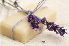 Met de hand gemaakte lavendelzeep stock fotografie