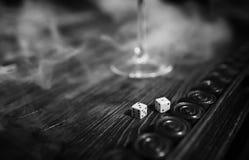 Met de hand gemaakte lijst het spel dobbelen en backgammon het Gokken royalty-vrije stock afbeelding