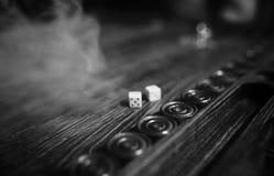 Met de hand gemaakte lijst het spel dobbelen en backgammon het Gokken stock afbeeldingen