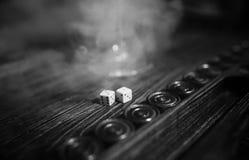 Met de hand gemaakte lijst het spel dobbelen en backgammon het Gokken Stock Fotografie
