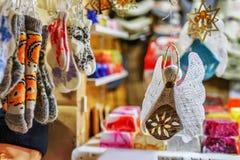 Met de hand gemaakte linnenengel en sokken die bij Kerstmismarkt van Riga hangen Stock Afbeelding