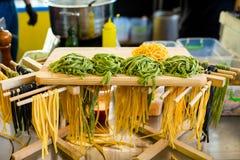 Met de hand gemaakte macaroni in de keuken royalty-vrije stock afbeeldingen