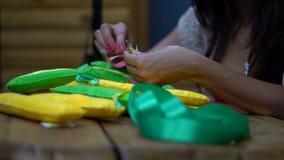 Met de hand gemaakte meisjes die brieven van gevoeld naaien stock footage
